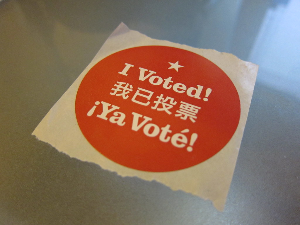 """Sticker reading """"I Voted"""" in English, Chinese and Spanish"""